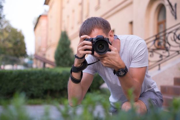 Jonge fotograaf die foto's in het park neemt
