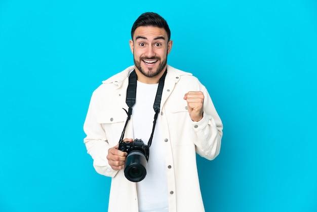 Jonge fotograaf over geïsoleerde achtergrond