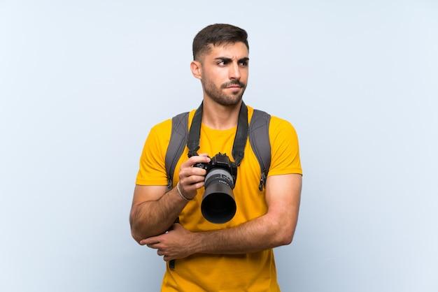 Jonge fotograafmens die een idee denkt