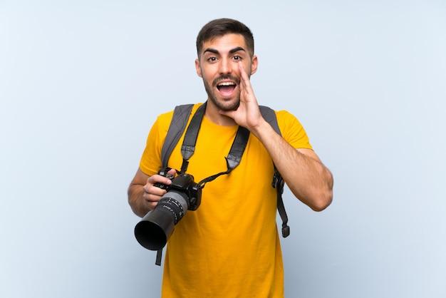 Jonge fotograafmens die met wijd open mond schreeuwen