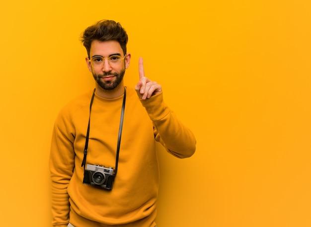 Jonge fotograafmens die nummer één tonen