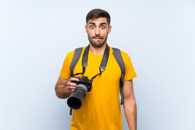 Jonge fotograafmens die twijfels hebben en met gezichtsuitdrukking verwarren