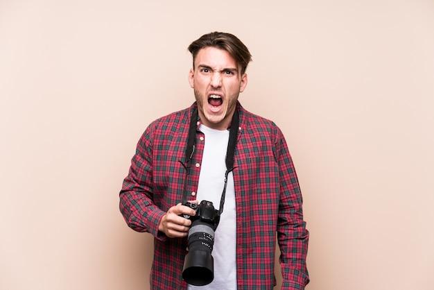 Jonge fotograafmens die zeer boos en agressief gillen