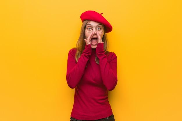 Jonge franse kunstenaarsvrouw die iets gelukkig aan de voorzijde schreeuwen