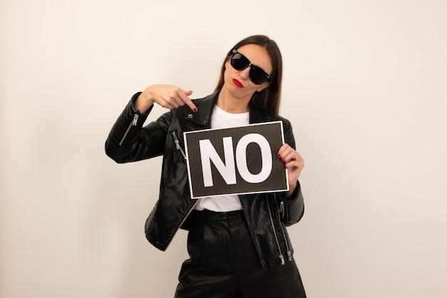 Jonge franse vrouw geïsoleerd op een witte achtergrond met een bordje met de tekst no