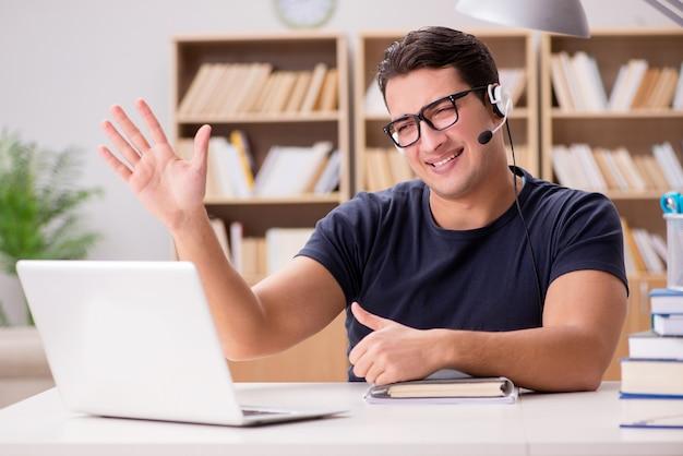 Jonge freelance werkte op de computer