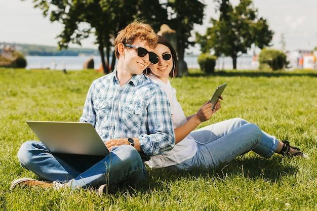 Jonge freelancers die in het park glimlachen