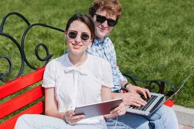 Jonge freelancers die in het park werken