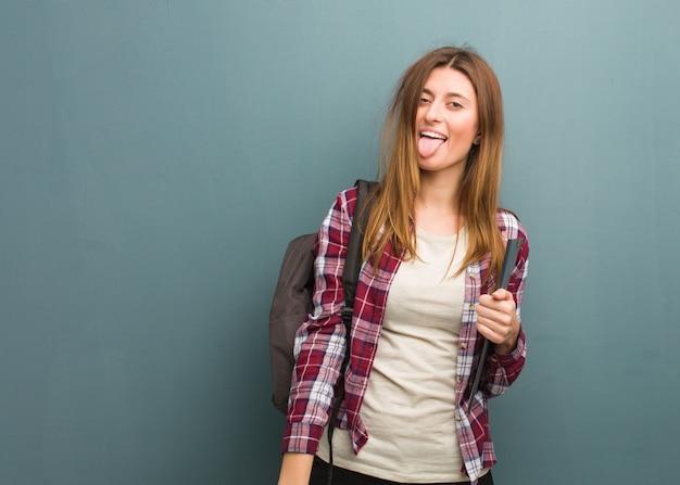 Jonge funnny van de studenten russische vrouw en vriendschappelijke tonende tong