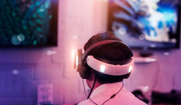 Jonge gamer met vr-bril en headset