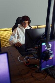 Jonge gamer speelt in gameclub