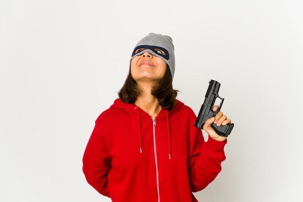 Jonge gangster vrouw met een pistool
