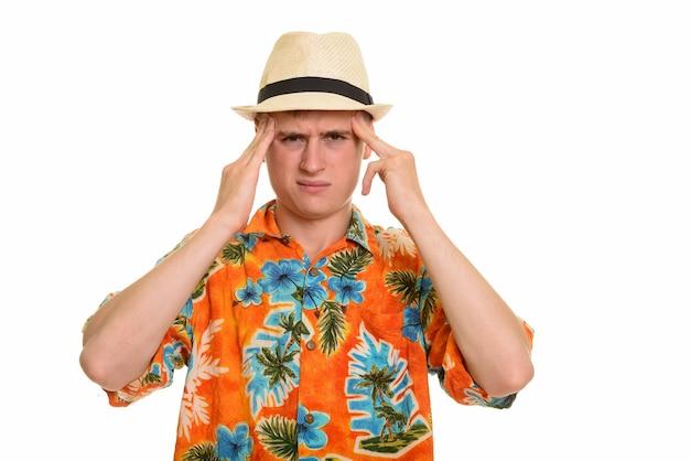 Jonge gefrustreerde blanke toeristenmens met hoofdpijn