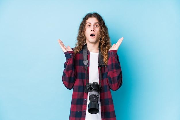 Jonge geïsoleerde fotograafmens verrast en geschokt