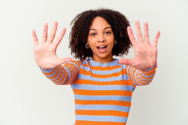 Jonge geïsoleerde vrouw die nummer tien met handen toont