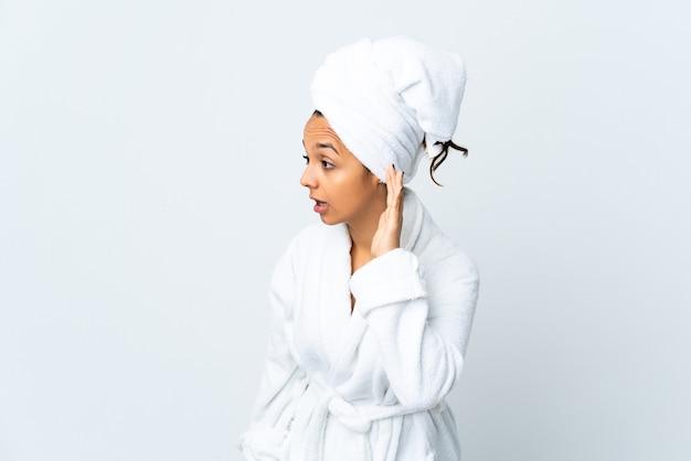 Jonge geïsoleerde vrouw in badjas