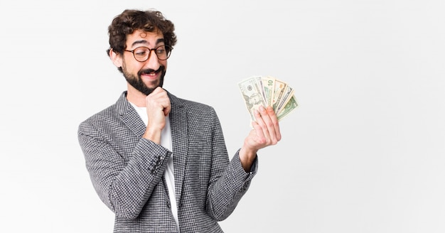 Jonge gek bebaarde man met dollar biljetten