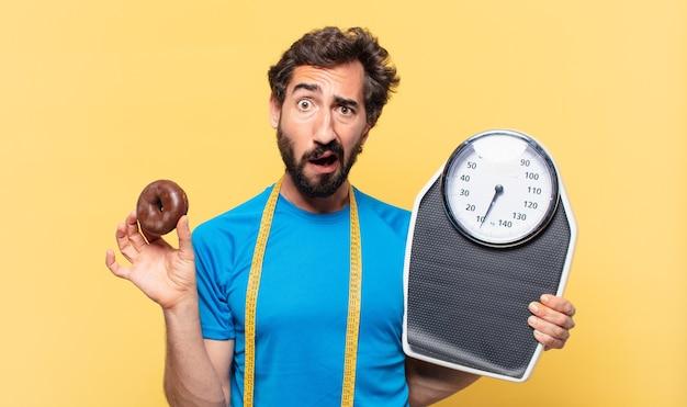 Jonge gekke bebaarde atleet twijfelende of onzekere uitdrukking en dieetconcept