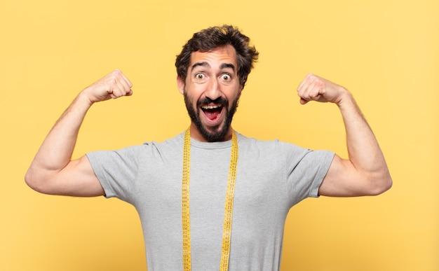 Jonge gekke bebaarde man die op dieet is verraste uitdrukking