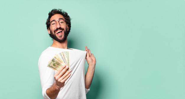 Jonge gekke bebaarde man met dollar biljetten