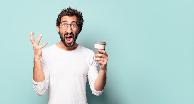 Jonge gekke bebaarde man met een afhaalkoffie