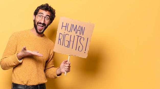 Jonge gekke bebaarde man met een banner voor mensenrechten.