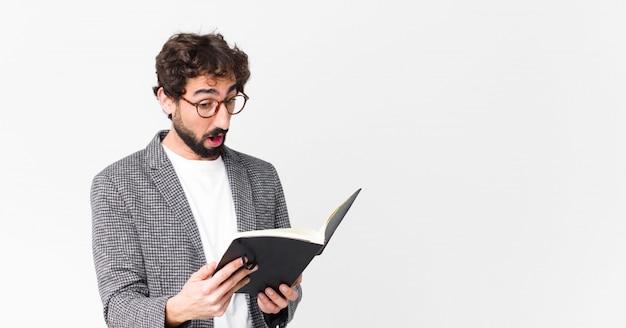 Jonge gekke bebaarde man met een laptop