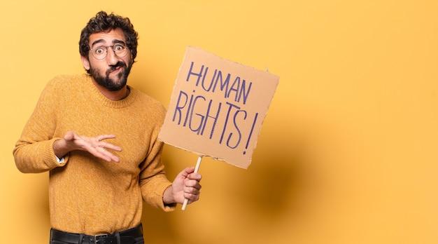 Jonge gekke bebaarde man met een mensenrechtenkarton
