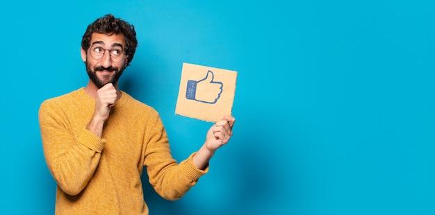 Jonge gekke bebaarde man met een social media-achtig teken