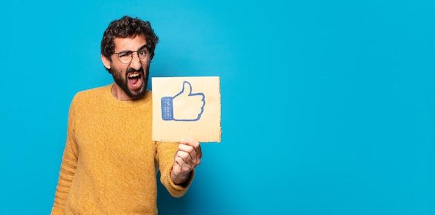 Jonge gekke bebaarde man met een sociale media-achtige banner