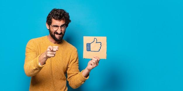 Jonge gekke bebaarde man met een sociale media zoals een banner