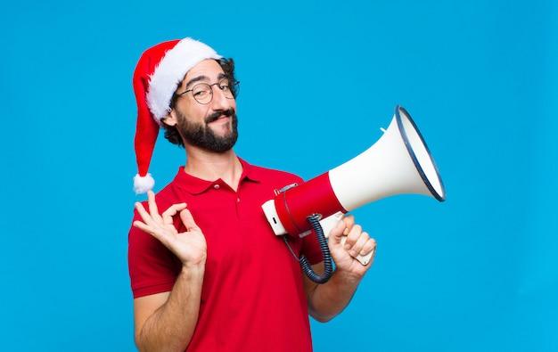 Jonge gekke bebaarde man met kerstmuts. kerst concept