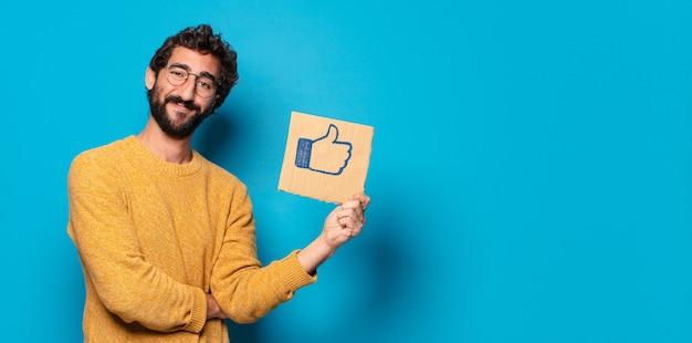 Jonge gekke bebaarde man met sociale media zoals een banner