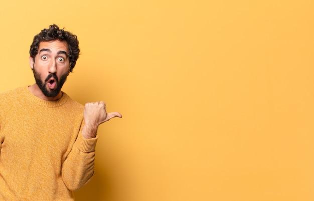 Jonge gekke bebaarde man uiten met een kopie ruimte Premium Foto