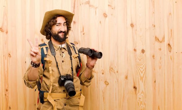 Jonge gekke ontdekkingsreiziger met strohoed en rugzak