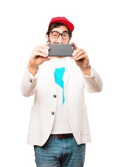 Jonge gekke zakenman met een mobiele telefoon
