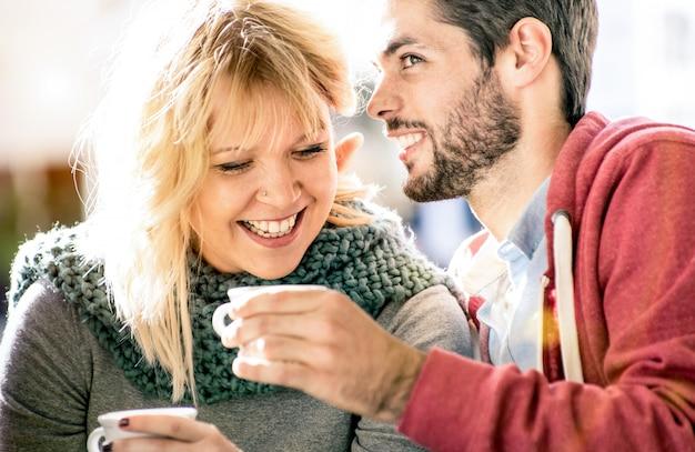 Jonge geliefden koppelen aan het begin van het liefdesverhaal in koffiebar