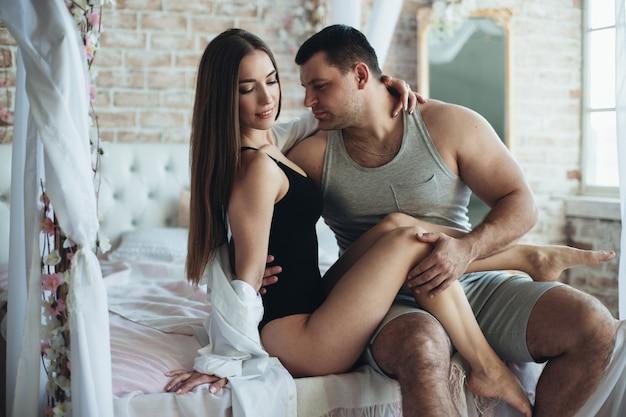 Jonge geliefden man en vrouw in de slaapkamer op het bed.