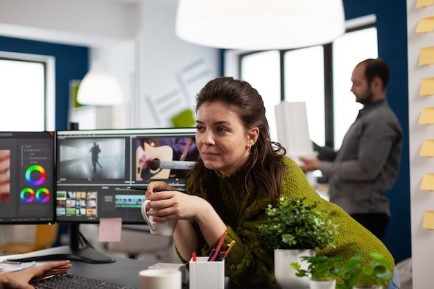 Jonge geluidstechnicus werkt aan videobeelden tijdens postproductie