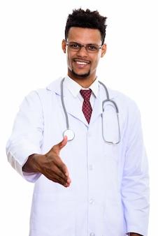 Jonge gelukkig afrikaanse man arts glimlachend en handdruk geven geïsoleerd op wit