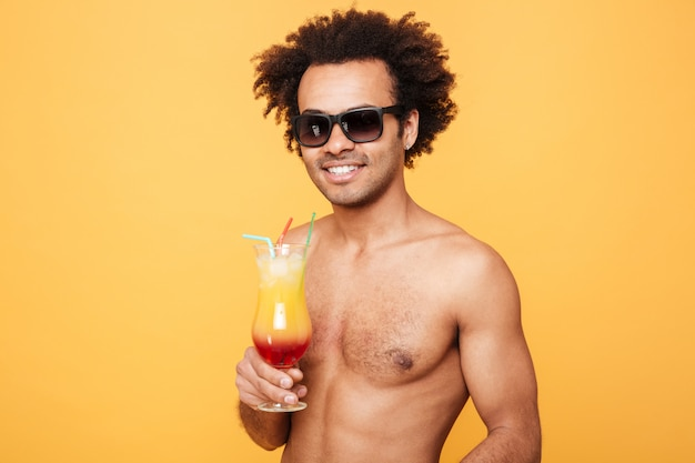 Jonge gelukkig afrikaanse man cocktail drinken.