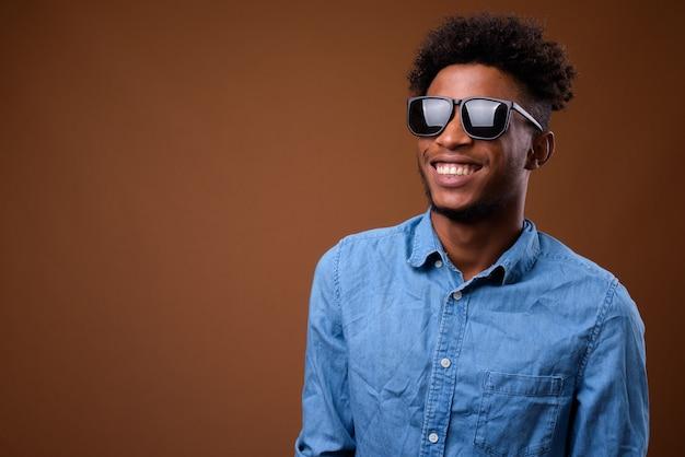 Jonge gelukkig afrikaanse man denken en glimlachen