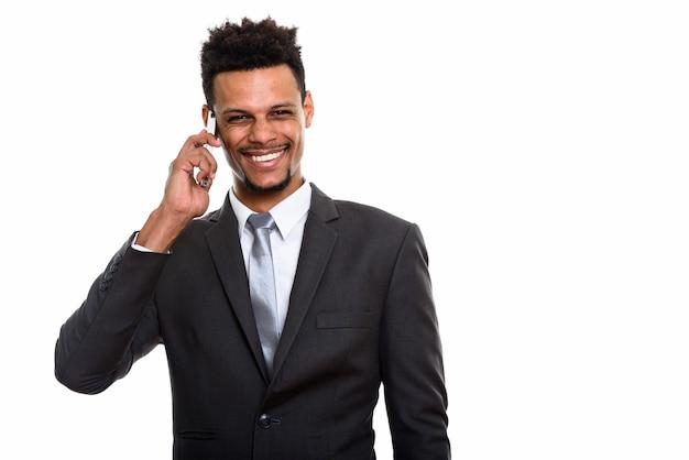 Jonge gelukkig afrikaanse zakenman lachend tijdens het gesprek op de mobiele telefoon