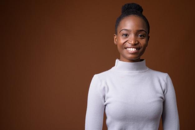 Jonge gelukkig afrikaanse zulu zakenvrouw lacht en kijkt naar de camera