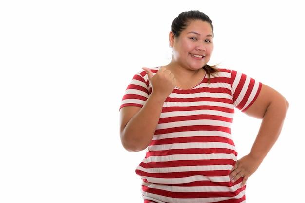 Jonge gelukkig dikke aziatische vrouw die lacht
