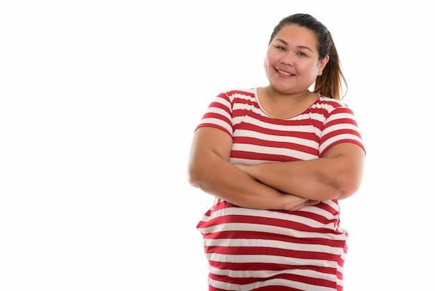 Jonge gelukkig dikke aziatische vrouw lachend met gekruiste armen