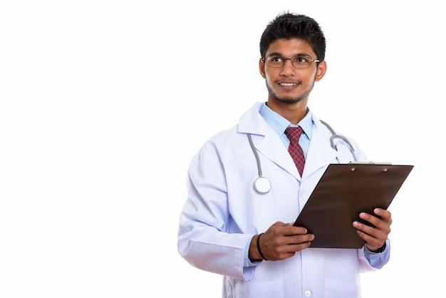 Jonge gelukkig indiase man arts glimlachend en klembord te houden
