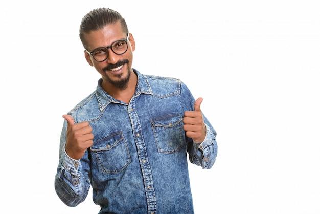 Jonge gelukkig indiase man geven thumbs up geïsoleerd