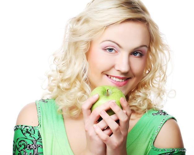 Jonge gelukkig lachende vrouw met appel, geïsoleerd op wit