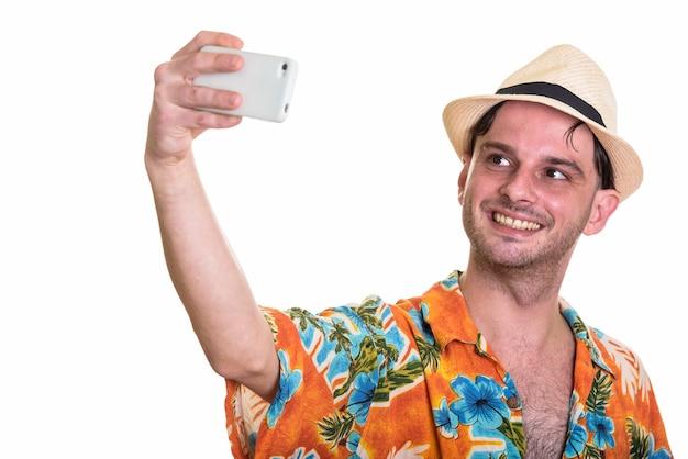 Jonge gelukkig man glimlachen terwijl het nemen van selfie met smartphone